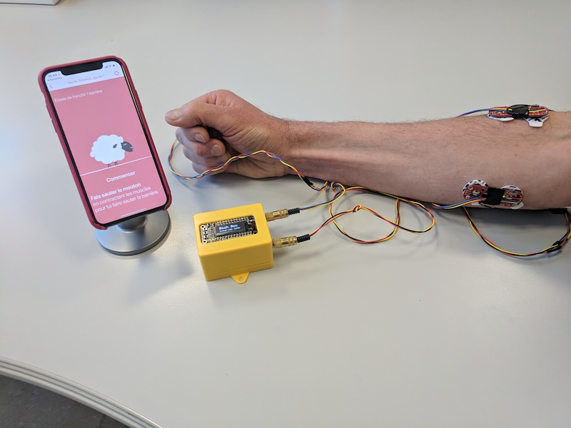 Sensors on arm to train plugged to the box connected in BLE to iOS app