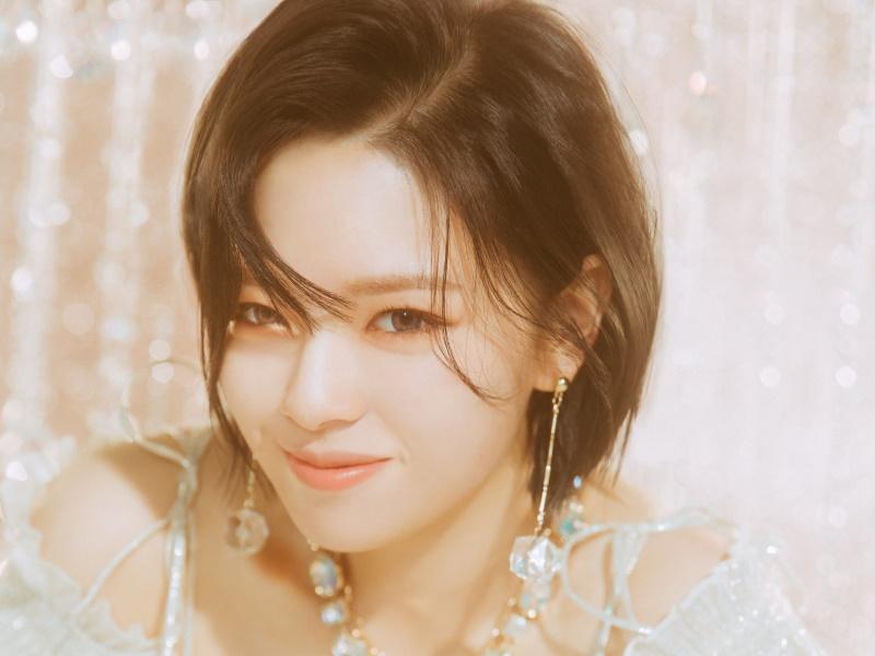 Portait of Jeongyeon (정연) or Yoo Kyung Wan (유경완), but she legalized her name to Yoo Jeong Yeon (유정연)