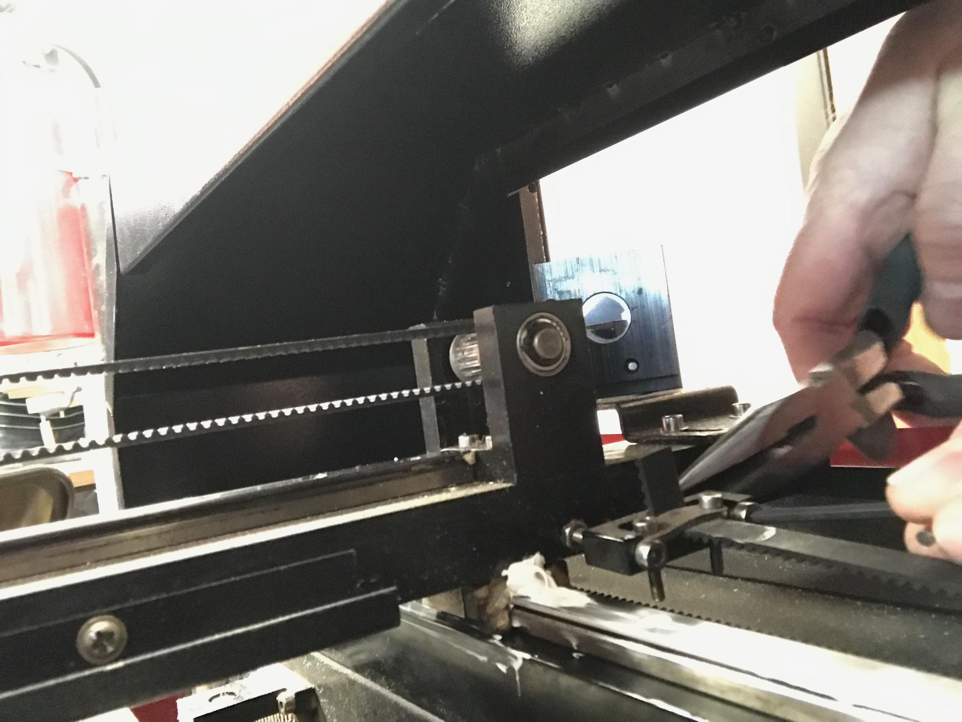 Adjusting the linear bearing belt