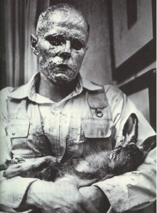 Йозеф Бойс объясняет смысл картин мертвому зайцу