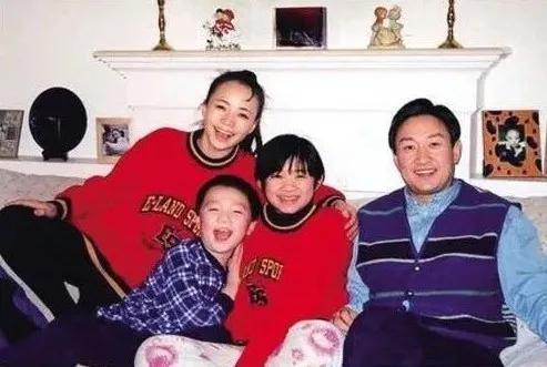 趙婷小時候與家人合照,右一為其繼母宋丹丹