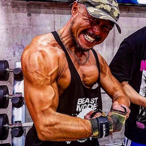 筋肉监督,动画监督岸诚二坚持肌肉锻炼半年效果显著(岸诚二作为健美选手正式出道)