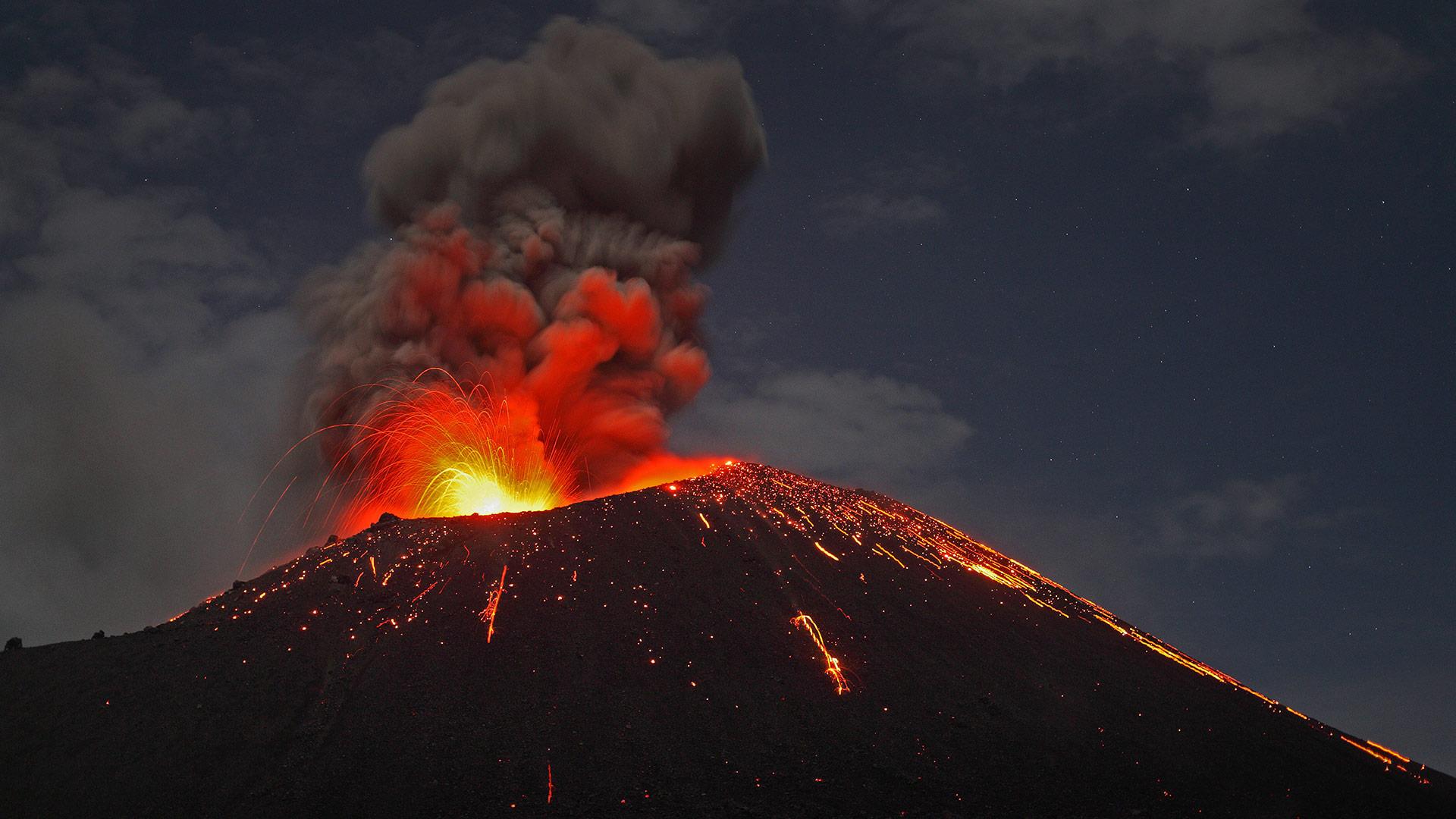 喀拉喀托火山,印度尼西亚 (© Martin Rietze/Alamy)