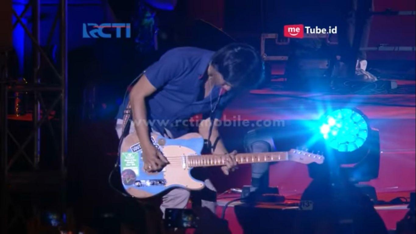 Eross Chandra pakai Guitar Heavy Relic