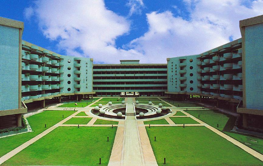 华南师大附中主建筑群/教学楼,从左向右为东教学楼,南教学楼,西教学楼,中心为聚清园