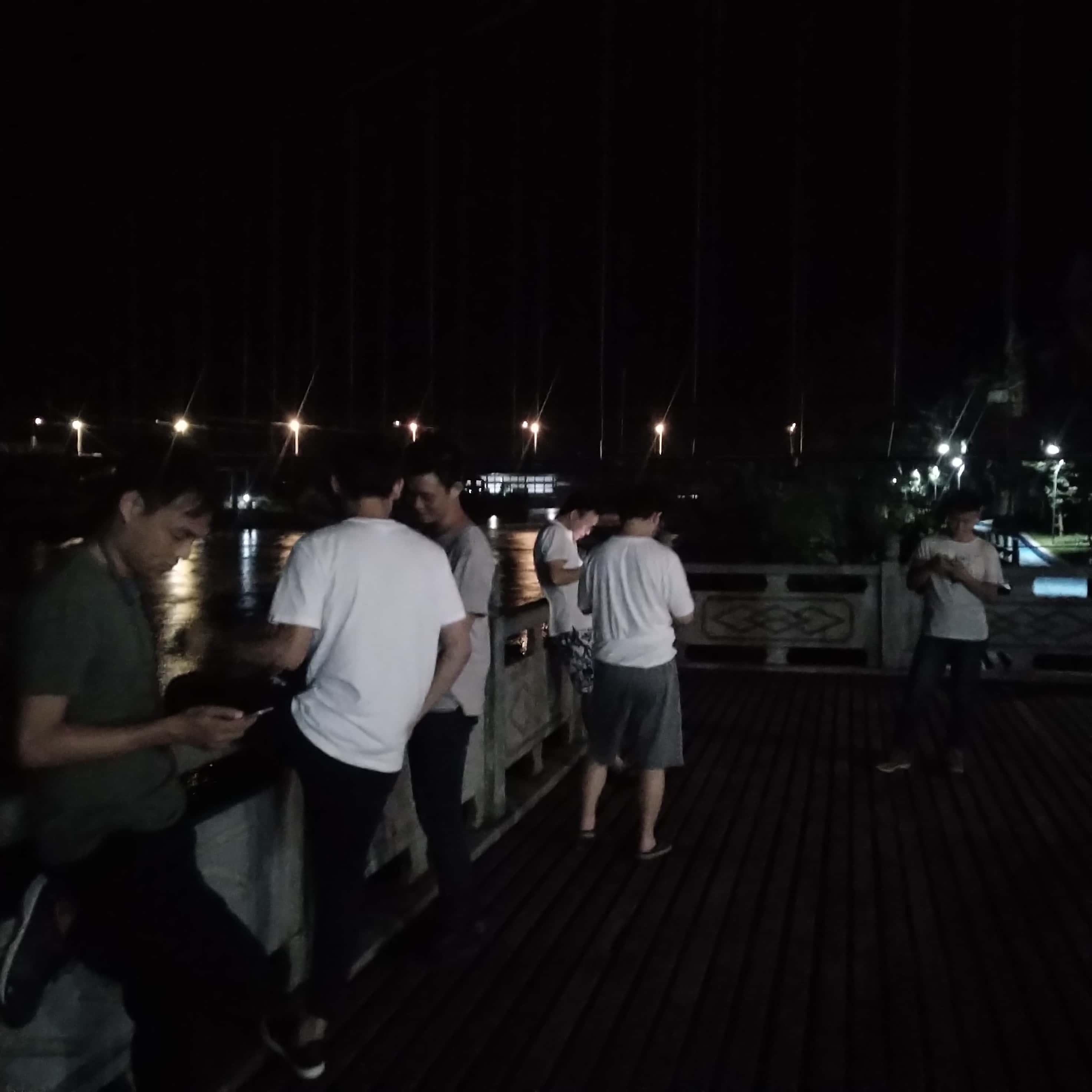 在吊桥江边吹风