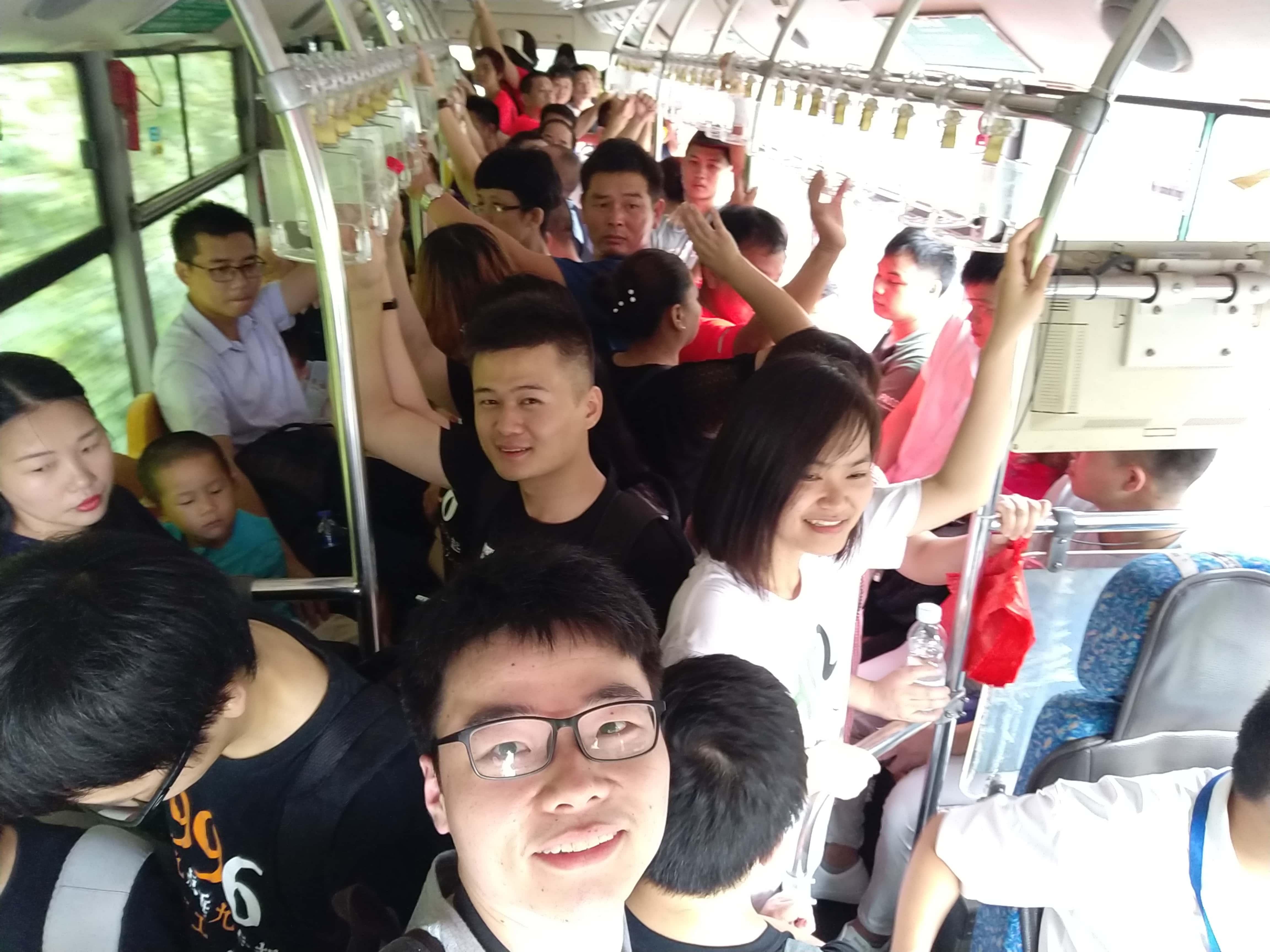 挤山上的公交车