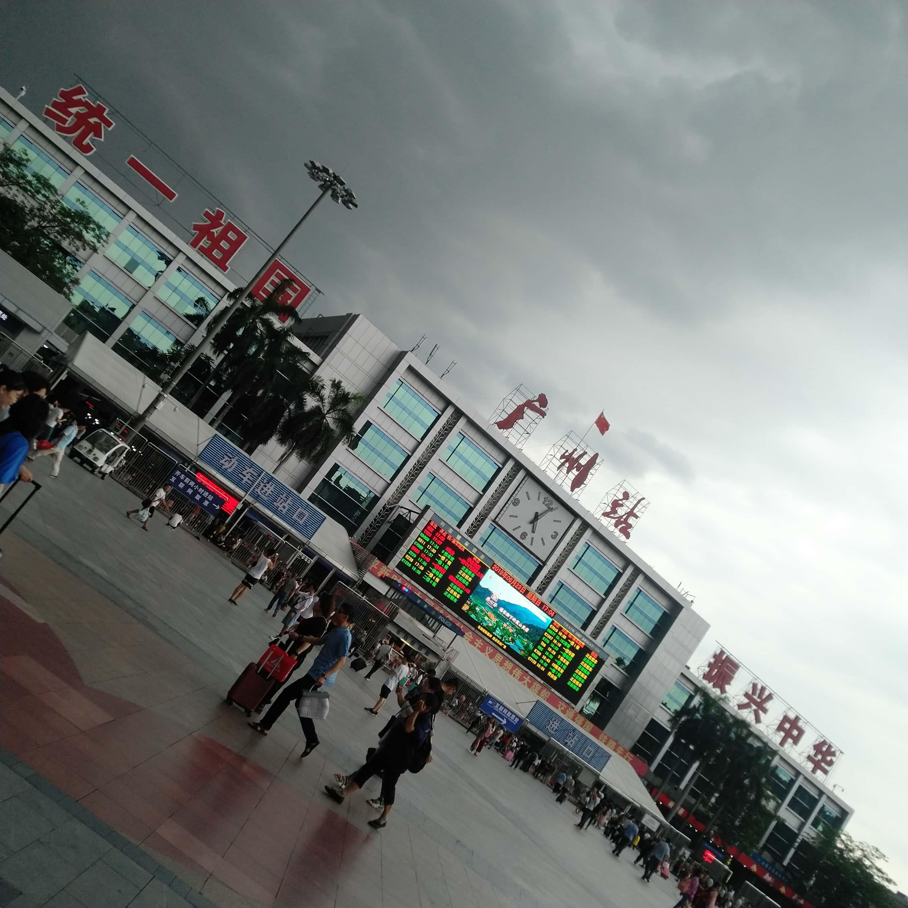 火车站的狂风乌云