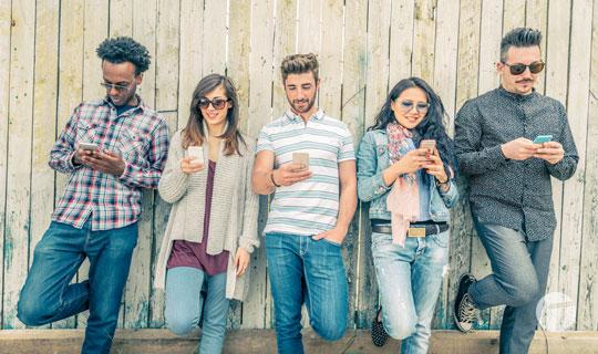 Más de la mitad de los latinoamericanos usa el teléfono celular para revisar páginas web