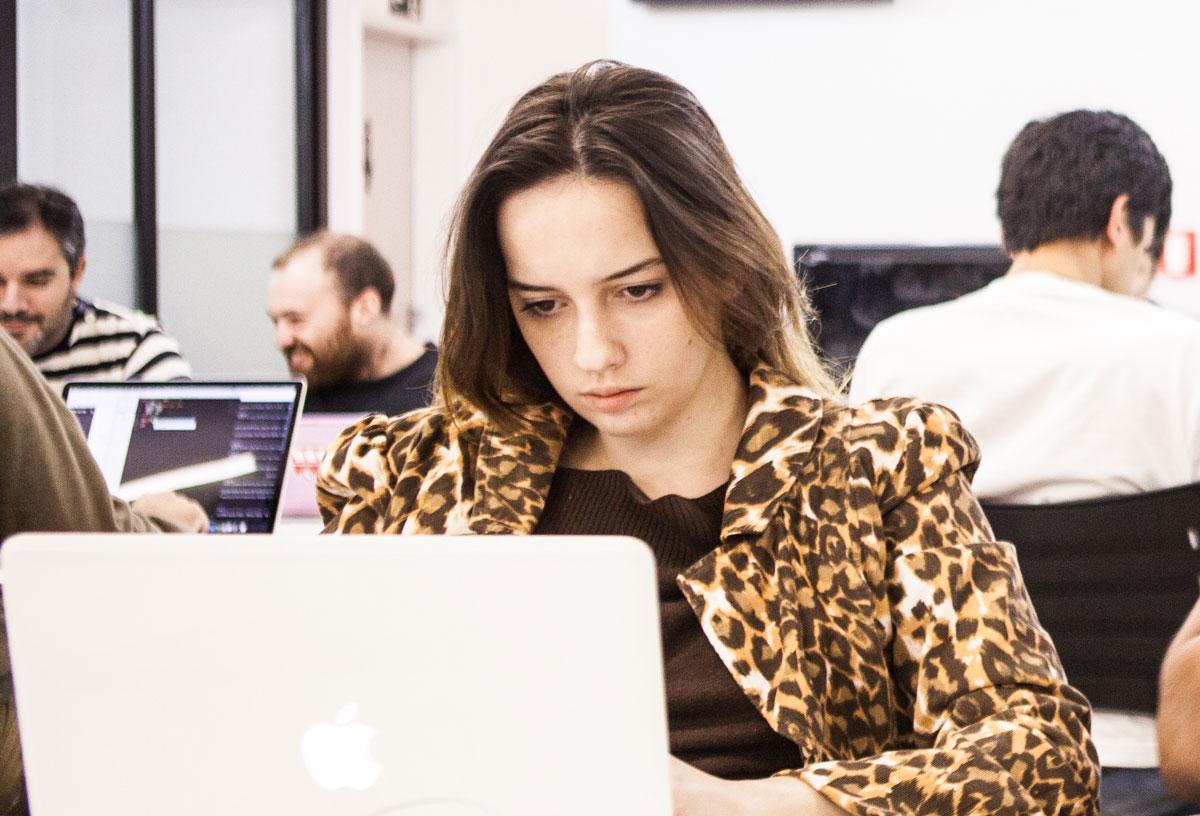 Carolina  Karklis while learning to code at Le Wagon São Paulo