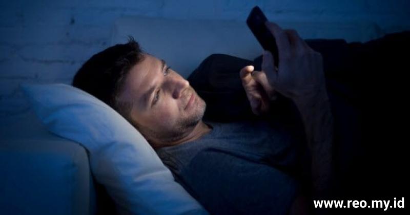 4a-menggunakan-smartphone-di-malam-498174966