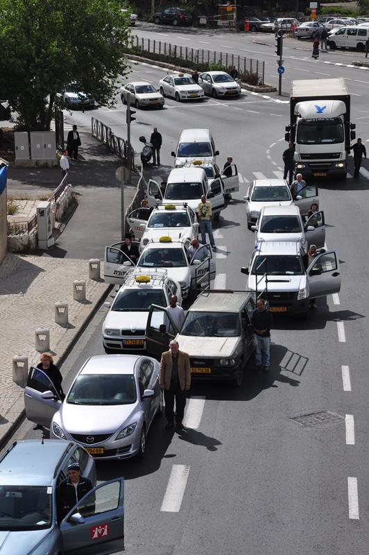 Motoristas durante o minuto de silêncio descem dos carros (Foto: Daniela Feldman)