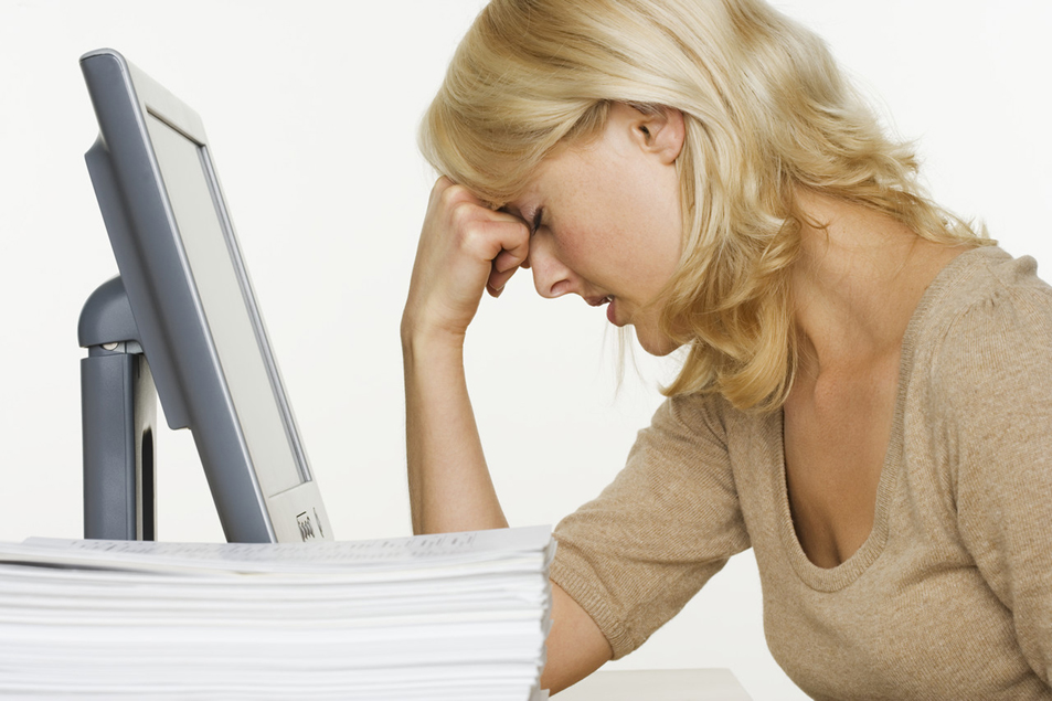 Em busca do nosso tempo perdido - Frustrated Woman at Computer With Stack of Paper (Foto: Corbis)