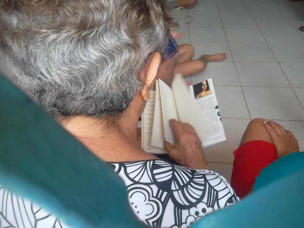 Leitora concentrada no Domingo Cultural da Casa de Hilton (Olinda)