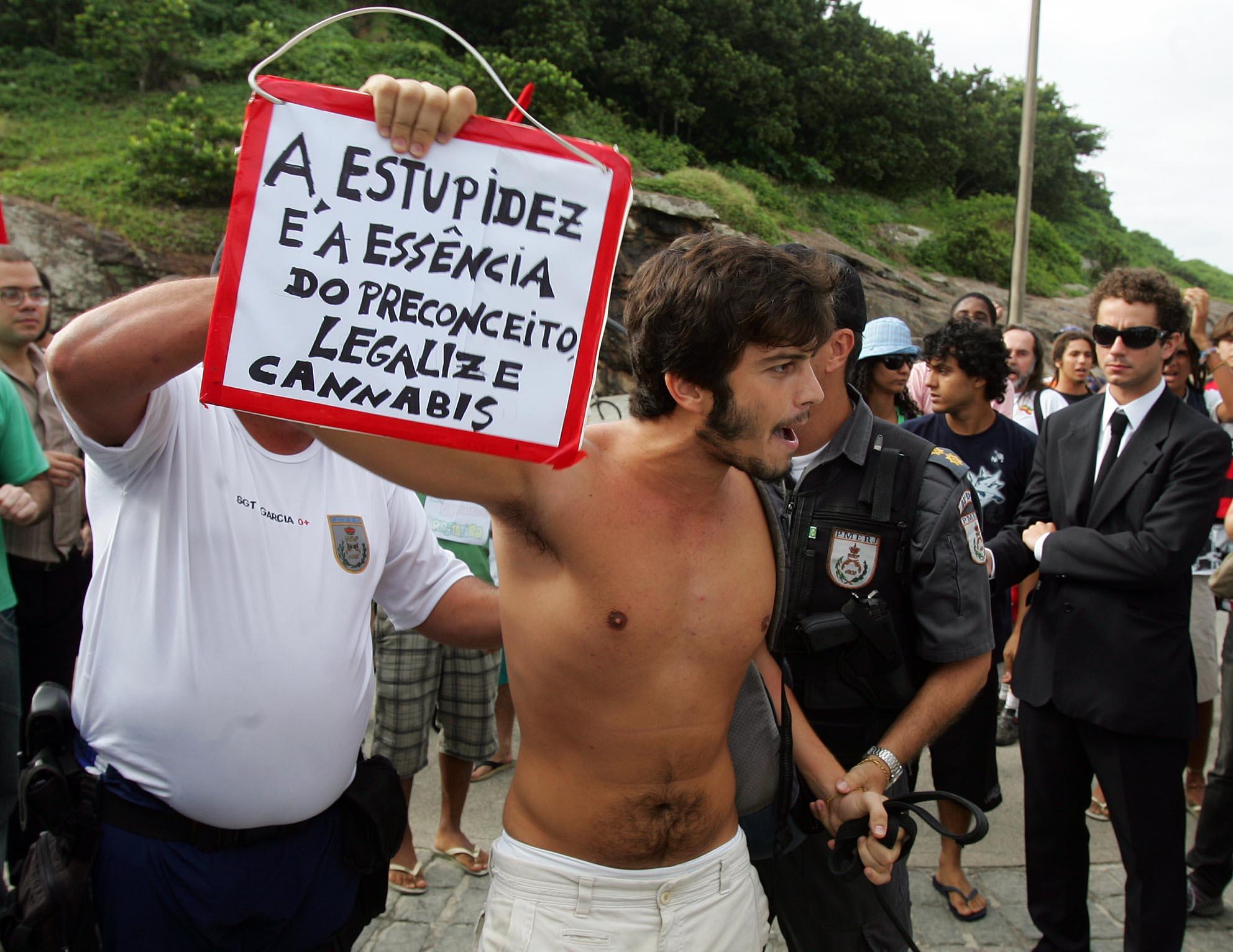 Legalize. - Gustavo Castro Alves foi detido (04/05/2008) por policiais militares na Praia do Arpoador (RJ) por apologia as drogas durante a Marcha da Maconha, proibida pela Justiça do Rio. (Foto: Marcos D'Paula/ Agência Estado)