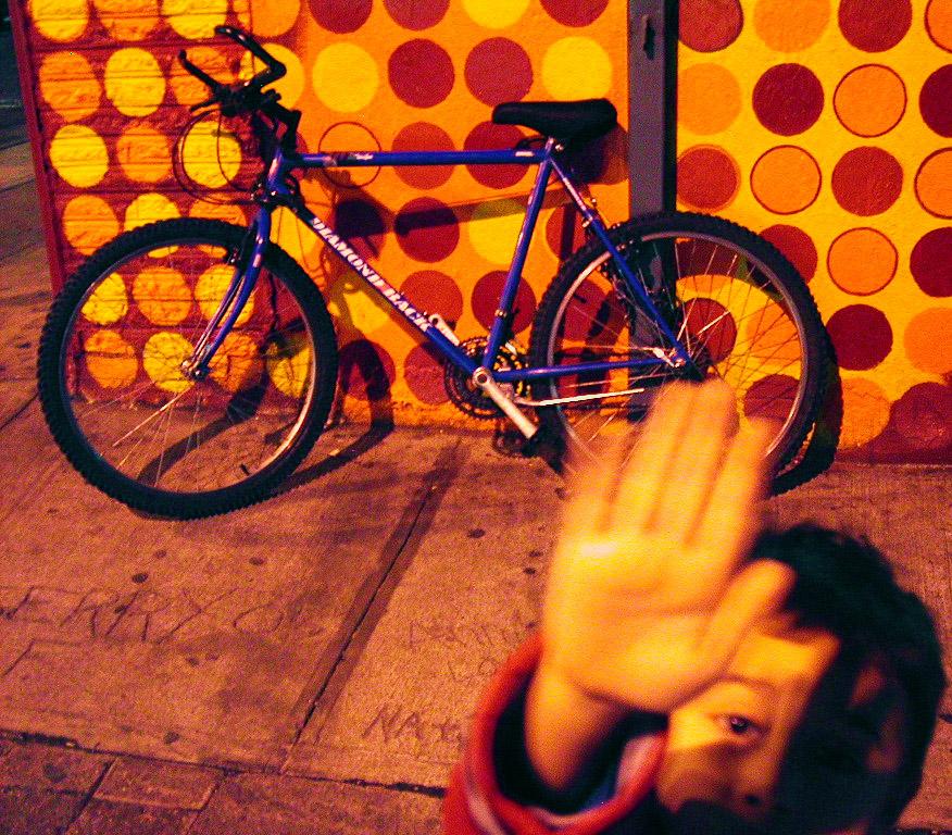 Fogo, pedra e fumaça - Orange Dots and Blue Bike + Hi-Five (Foto: Mo Riza)