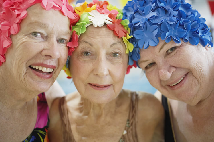 Aposentando as nadadeiras - Three older women in swim caps (Foto: Open Hearts/ Open Minds)