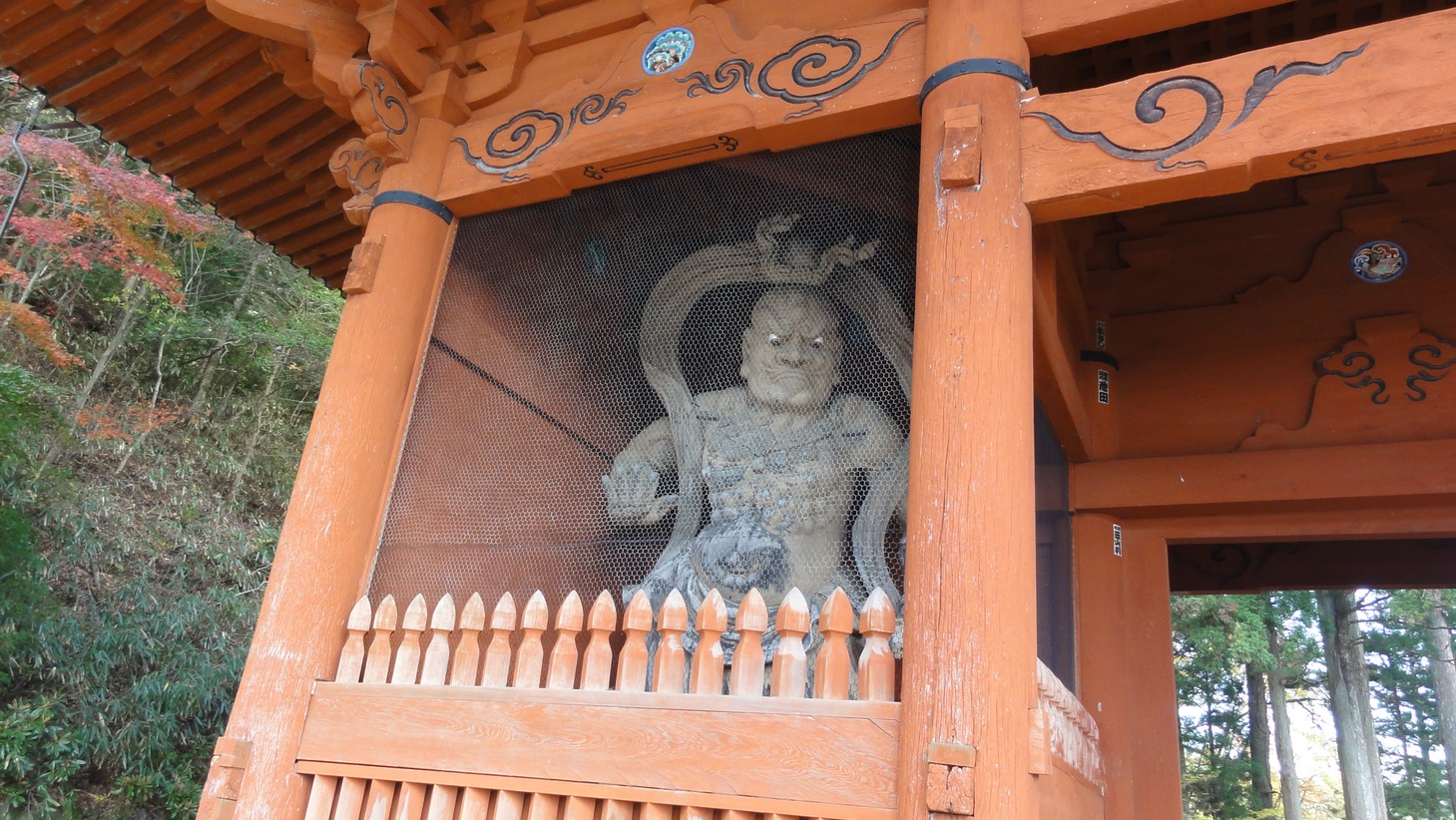 注視參拜者的門神像