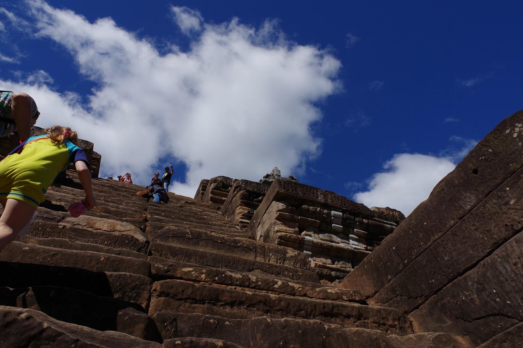 攀爬階梯的遊客-茶膠寺