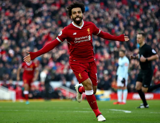 Foto de Salah correndo comemorando seu gol.