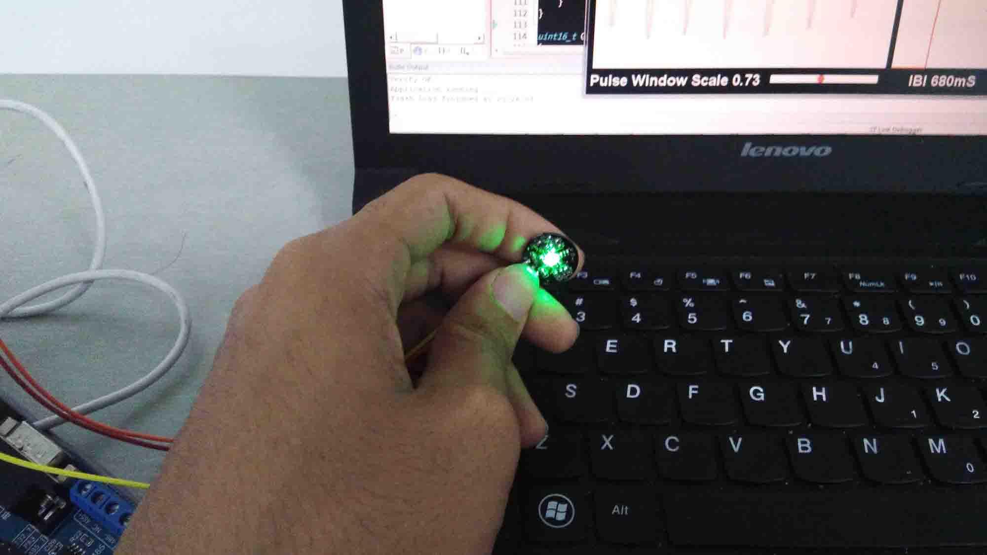 图10 通过手指测量心率
