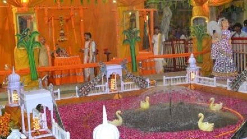 4. Shri Dwarkadhish Temple