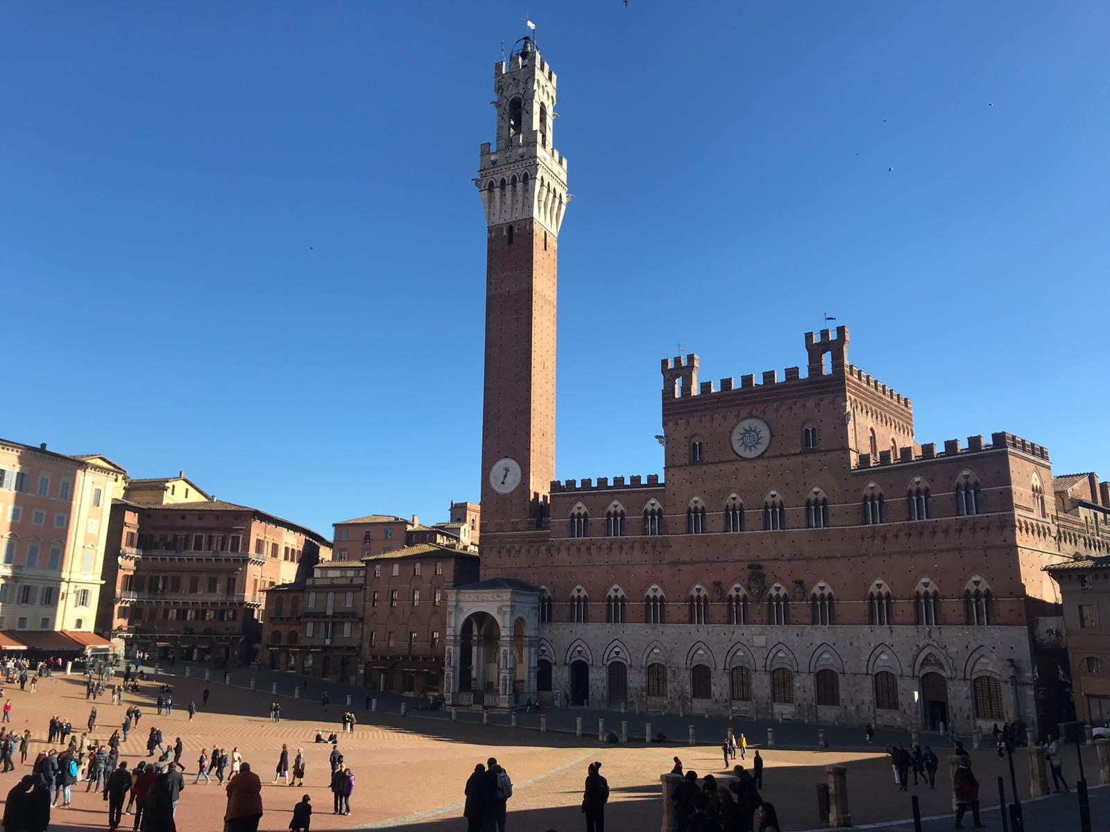 Palazzo del Pubblico in the sunshine showing the Piazza del Campo in front