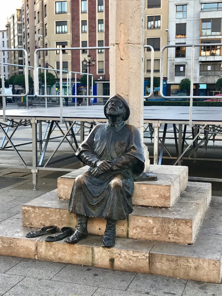 Pilgrim statue in León