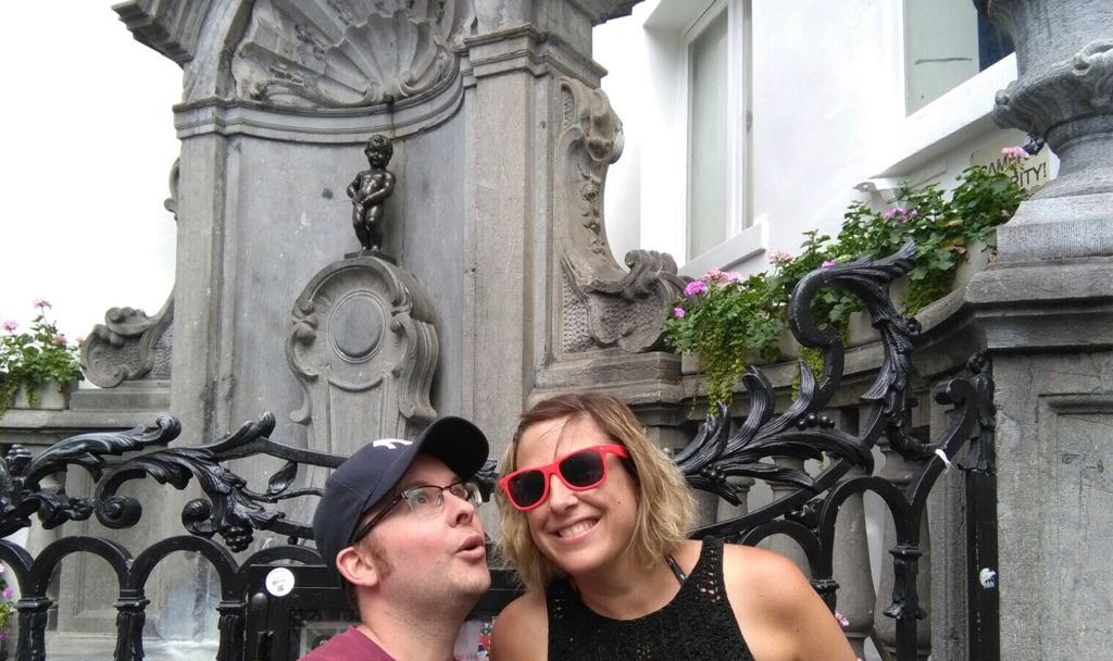 roz and tom in front of the manneken pis