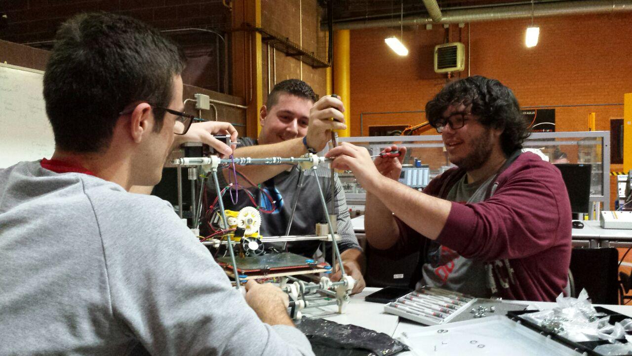 Colocando el nuevo soporte de filamento para Dédalo, 21 de noviembre