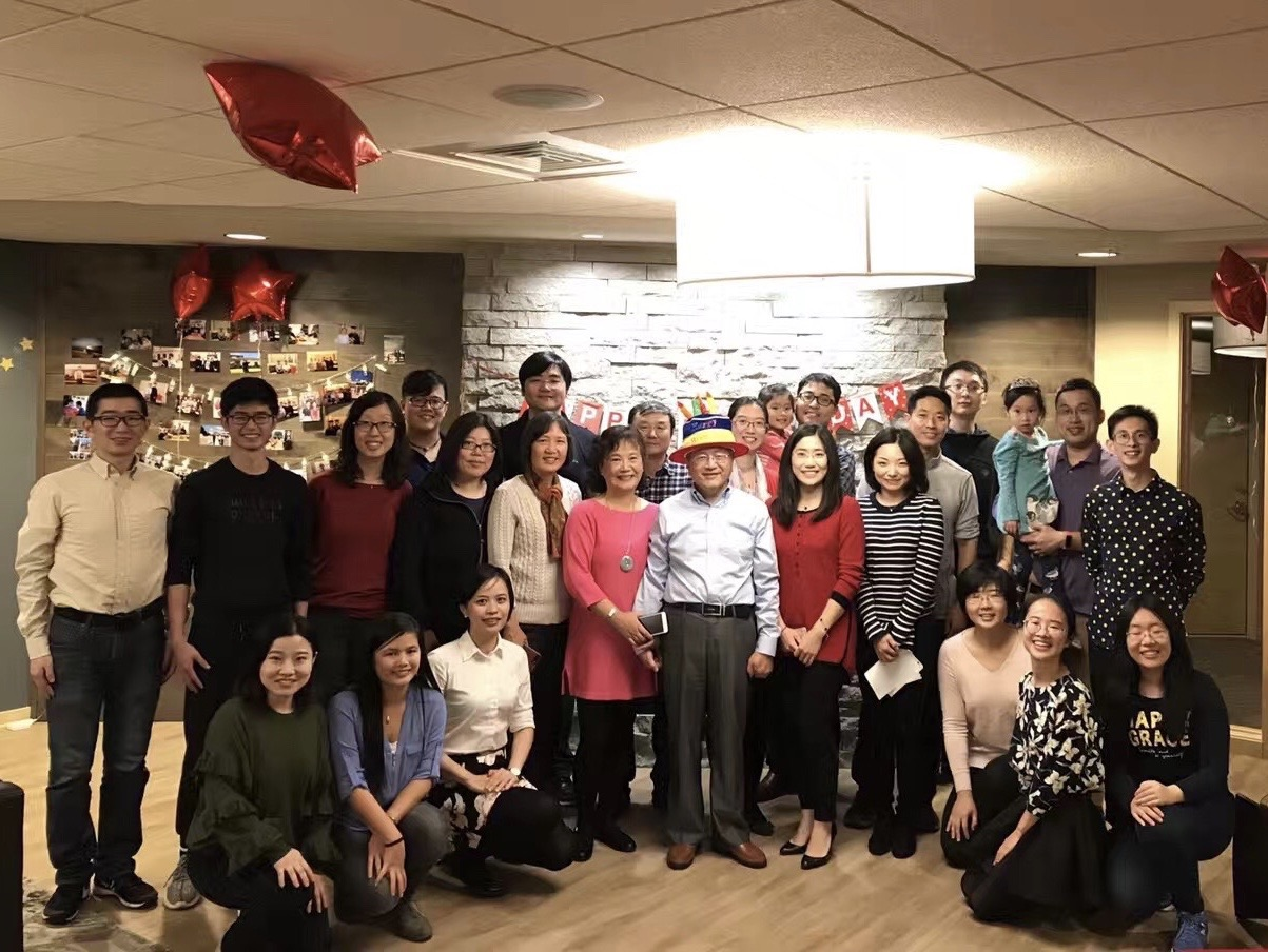 图4,2017年邵老师和家人学生