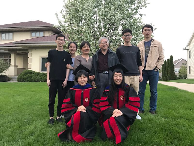 图5,邵老师和他的博士毕业生