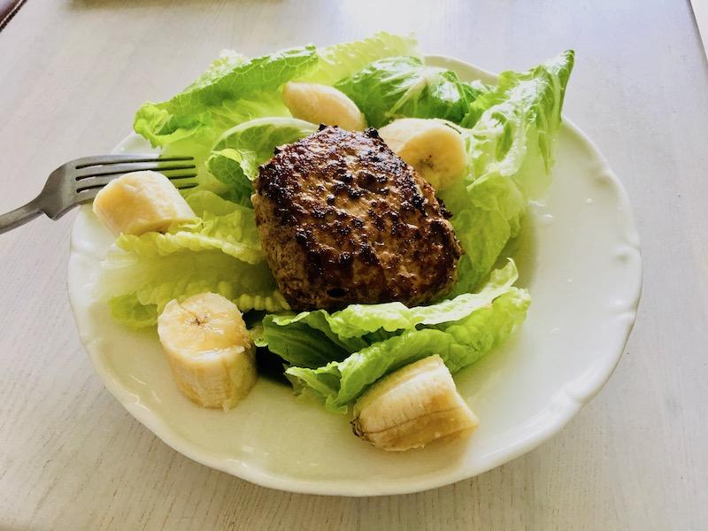 中午悠哉的吃老婆做的漢堡牛肉